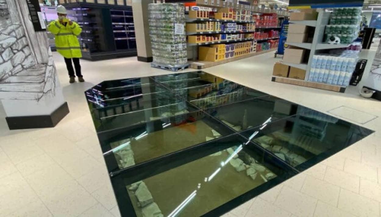 ガラス張りの床でヴァイキングの遺物を見ることができるスーパー