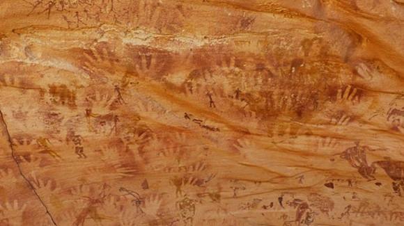 サハラ砂漠の洞窟に残された8,000年前の手形は人間のものではなかった。その正体は・・・