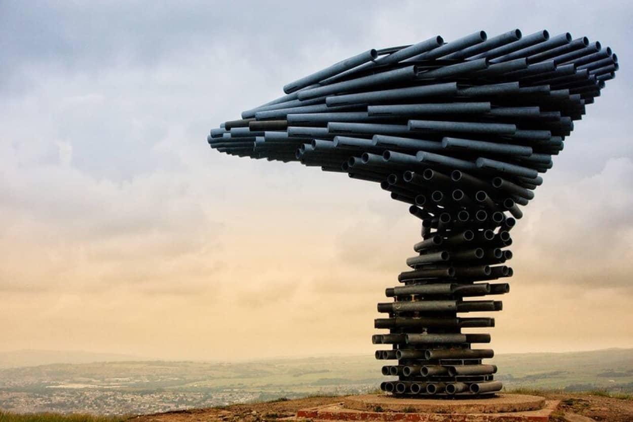 不気味な音が響き渡る鉄パイプで出来た音響彫刻