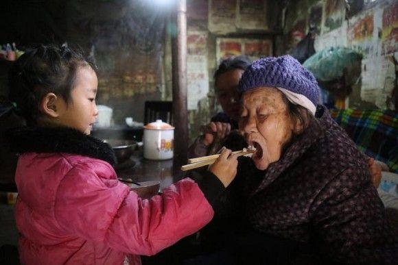 たった一人でおばあさんとひいおばあさんのお世話と家事をする5歳の少女(中国)