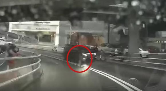 どこから沸いた?タイムトラベラー案件:雨の道路を走行中の車両の横に突如現れた男性