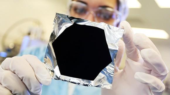 超黒はさらに黒くなる。史上最も黒い光吸収材料「ヴァンタブラック」の光吸収実験