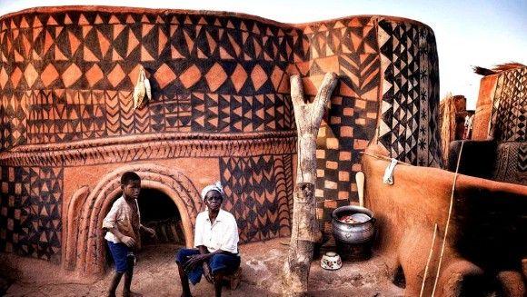 幾何学模様が壁のすべてに描かれたアフリカ、カッセーナ族の土の家。
