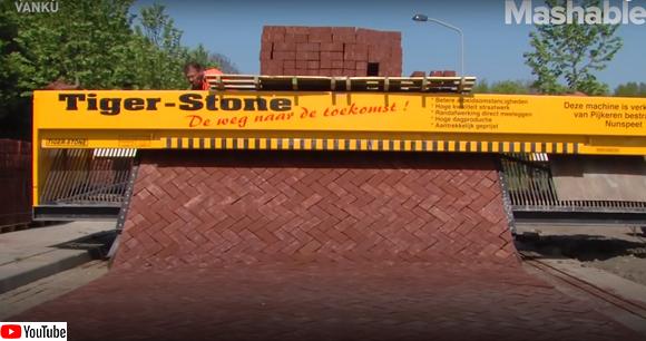 レンガをきっちり組み込み道路を舗装するマシンの作業動画