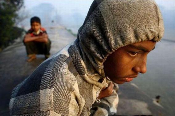harrowing_bangladesh_train_hopping_images_06