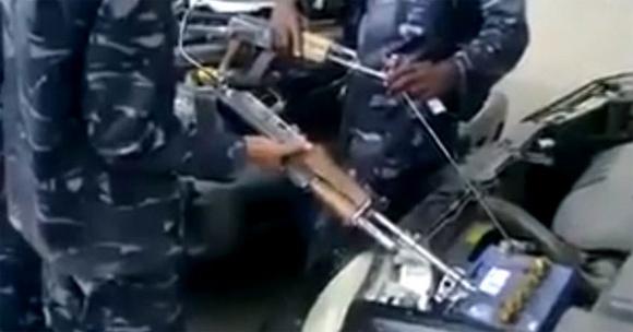 イラク人のライフハック:AK-47自動小銃を使って車のバッテリーをジャンプスタートさせる方法