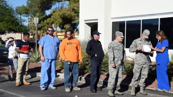 献血に訪れた人々の長蛇の列は6時間。米国史上最悪のラスベガス銃撃事件直後、献血を希望する人々(アメリカ)
