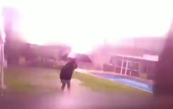 雷が鳴っているときに外に出るの危険!傘を差した少年の間近に落雷!その恐怖を伝える動画(アルゼンチン)