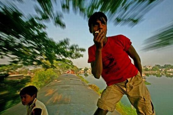 harrowing_bangladesh_train_hopping_images_02
