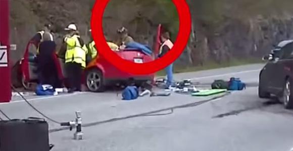 交通事故車から浮かび上がり消えていった黒い人影