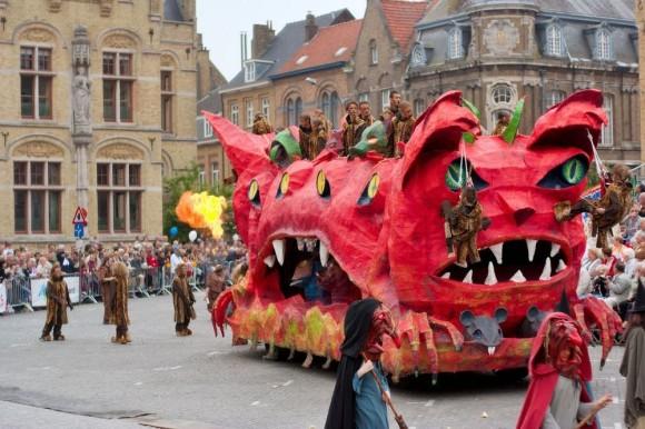 猫を投げ捨てる習慣から始まった...後ろ暗い歴史があるベルギー伝統の猫祭り「カッテンストゥッツ」