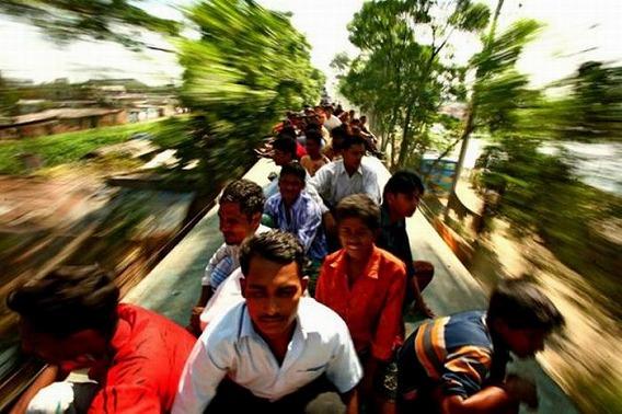 harrowing_bangladesh_train_hopping_images_13
