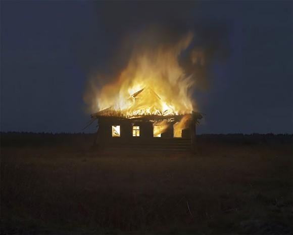 ロシア人写真家が廃村に火をつけ全焼させるというパフォーマンス。農業政策に対する抗議が込められていた(ロシア)