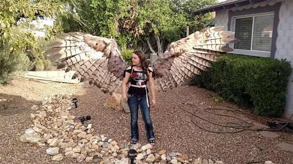 猛禽の翼スゴス!空気圧で開く翼を作り上げた海外のコスプレイヤー
