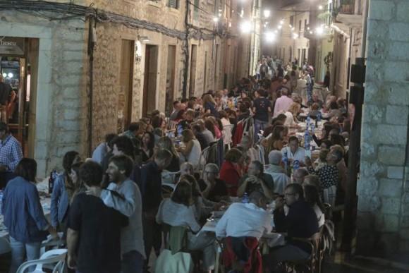 住人全員が一斉に表にテーブルを出し一緒にディナーをする。マヨルカ島のワイン祭り(スペイン)