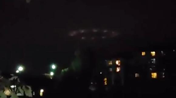 夜の道路上に浮かび上がる不気味なリング状の発光物体(アメリカ)