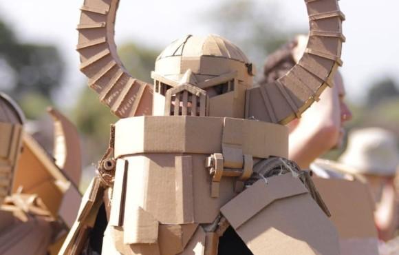 ダンボールで作った武器や鎧で戦争ごっこ。オーストラリア発の大人の遊び「ボックス・ウォーズ」が世界的ブームの予感