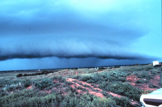 Thunderstorm_with_lead_gust_front_-_NOAA