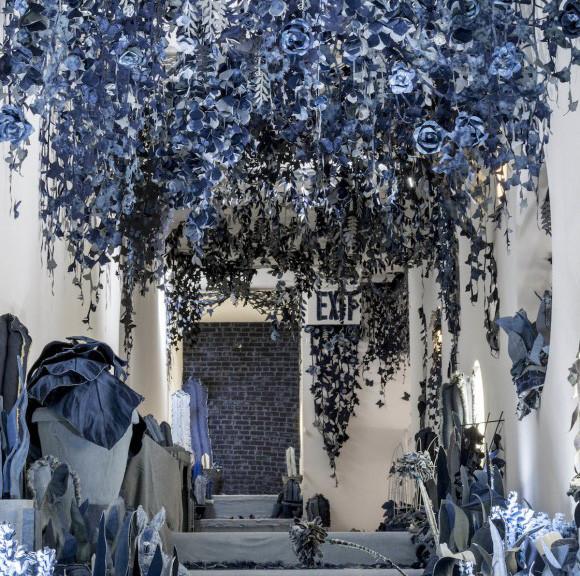 デニムで花を咲かせましょう。部屋いっぱいに青色の花開く。