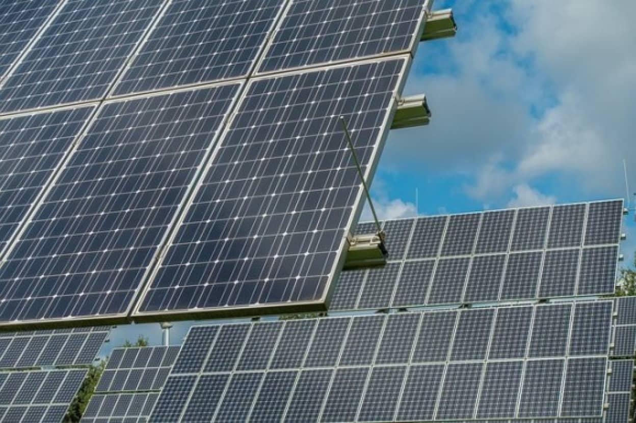ソーラーパネルで電気代を節約し、教師の給料に還元する学校