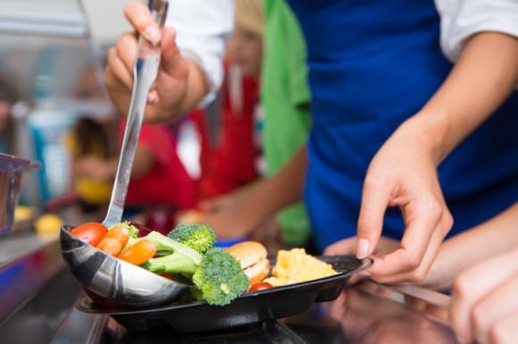 給食で残った食べ物をお弁当にして子供たちに渡す。アメリカで始まったフードロス対策