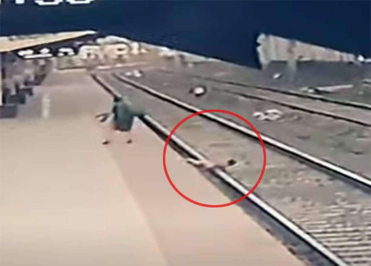 線路に転落した少年を命がけで救い出した鉄道職員