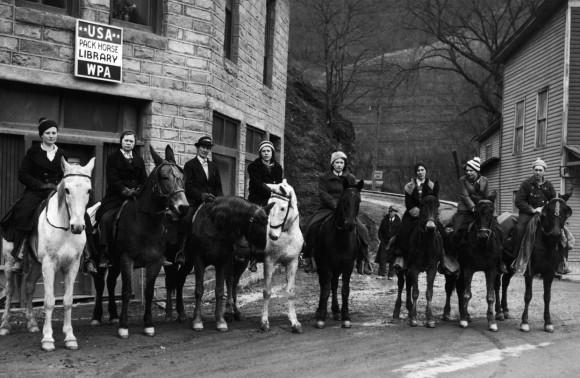 アメリカでは女性が馬に乗って本を届ける時代があった。女性図書館員「ブックウーマン」(1940年前後)【トリビア】