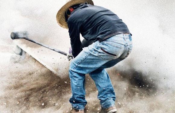 鼓膜破れがち。爆薬をくくりつけたハンマーで地面を盛大にたたく、メキシコ名物「メガ・ボンバー」祭り