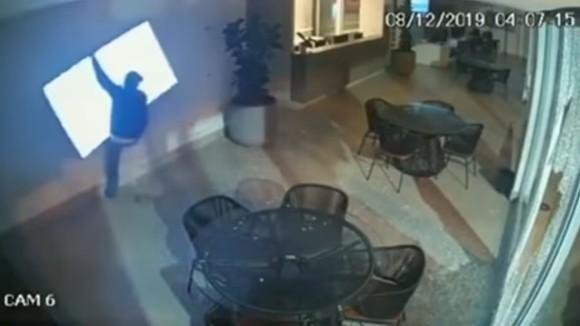 雑がすぎる。ドジな泥棒3人組が繰り広げるドタバタコントな窃盗現場が監視カメラに(ブラジル?)