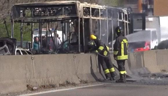 「今から全員人質だ。誰も生きて出られない」運転手がスクールバスに放火するも警察が全員を救出(イタリア)
