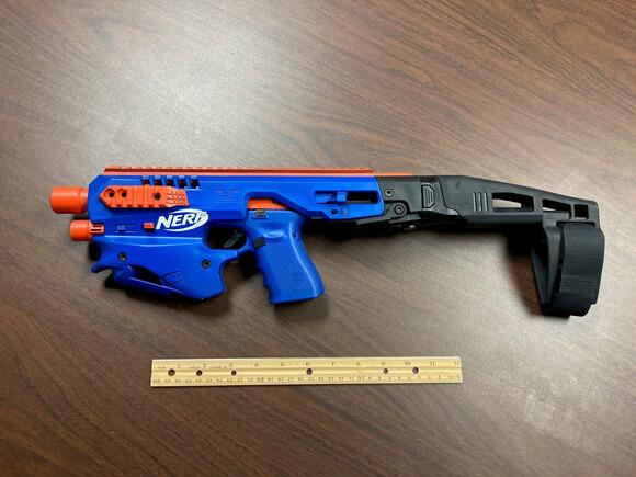 おもちゃの銃に偽装した本物の銃が欧州される