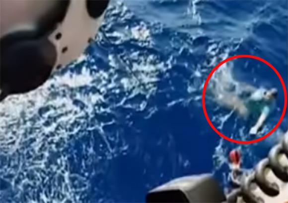 ジーパンを救命胴衣に!海に転落した男性を救ったライフハック術