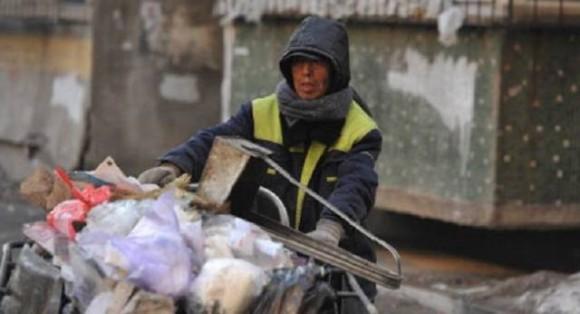 究極の恩送り。路上清掃で稼いだお金の大半を30年にわたり子どもたちの教育の為に寄付しつづける男性(中国)