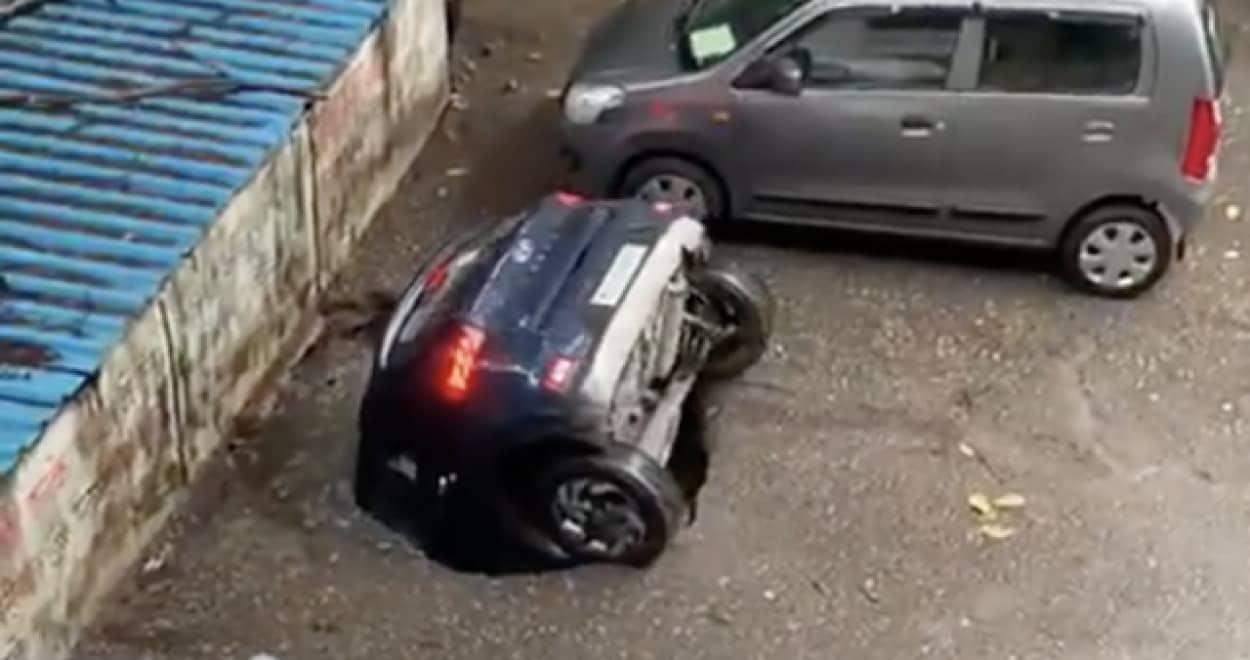 陥没穴に飲み込まれていく乗用車