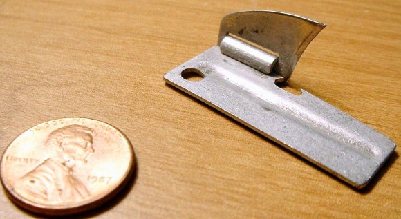 米軍史上最高クラスの発明品と言われている缶切り「 P-38」には38通り以上の使い方がある。