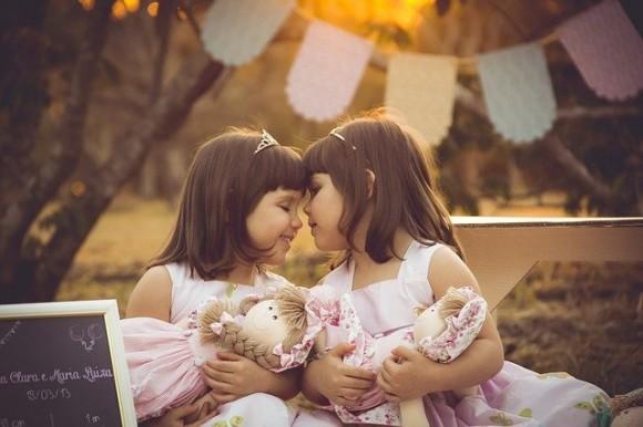 病院で赤ちゃんの取り違え。3年後に同じ保育園で偶然遭遇し事態が発覚後、両家族で子供たちを姉妹同然に育てる
