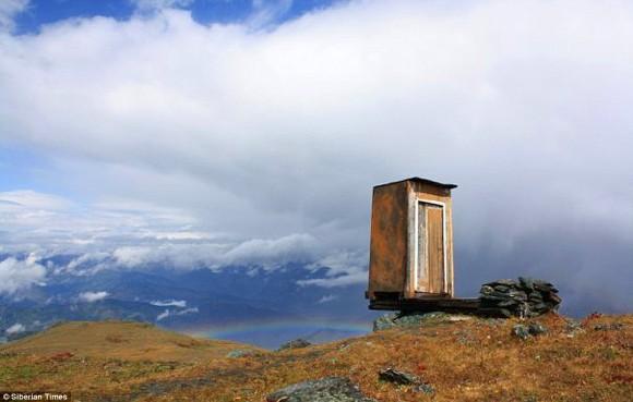 断崖絶壁にポツン。排せつのたびに死を覚悟しなくてはならない世界一怖いトイレ(ロシア・シベリア)