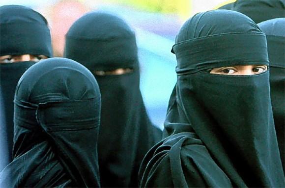 イスラム教徒の人々は公共の場で女性はどんな服装がふさわしいと
