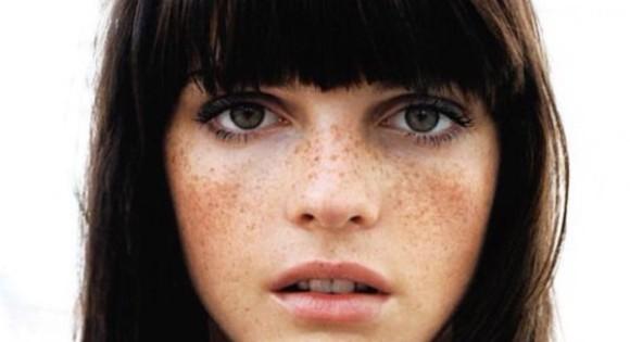 そばかすは美人の元!貼るだけで2日間持続。72個のそばかすを頬に転写できるステンシルシート「Freck Yourself」