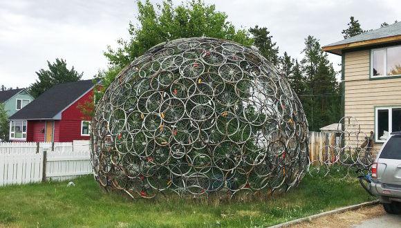 斬新なクリスマスツリーのようだ。廃棄自転車のホイールでできた巨大なドーム状のオブジェ(カナダ)