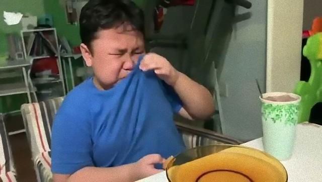マクドナルド再開で母親がサプライズ。大好きなハッピーセットを目の前に嬉し泣きする少年(シンガポール)