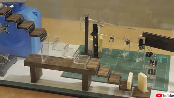 あっ消えた!見えないガラス玉を使ってピタゴラスイッチする面白科学実験。