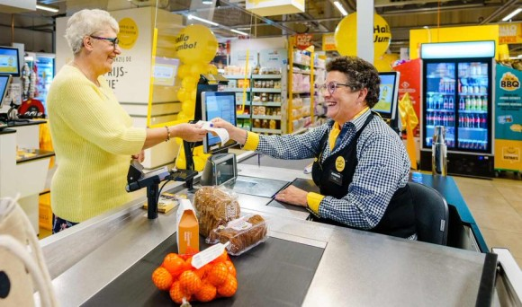 会計に時間がかかる「遅いレーン」を導入したスーパー。孤独な高齢者との対話を大切にするため