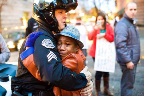 ギスギスした心が蔓延する今、世界中でシェアされた「涙する黒人少年と白人警官とのフリーハグ写真」