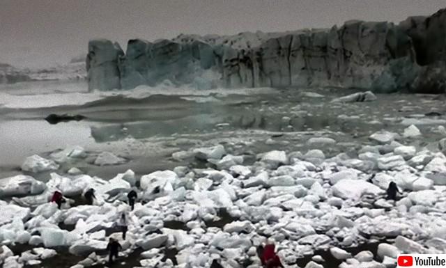 氷河が崩れ落ち逃げ惑う人々