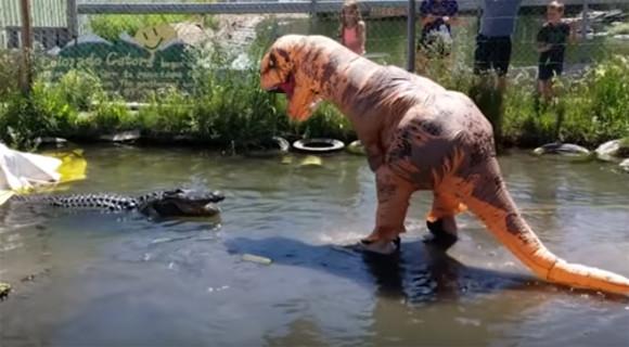ワニ、はじめてティラノザウルスに出会う。で、こうなった。
