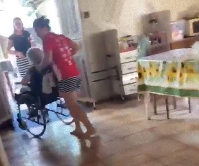 車椅子のおばあさんを気遣う犬の愛情