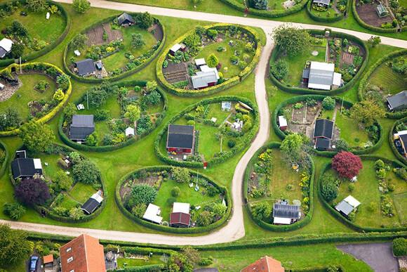 円形の庭が特徴のデンマークの市民農園住宅