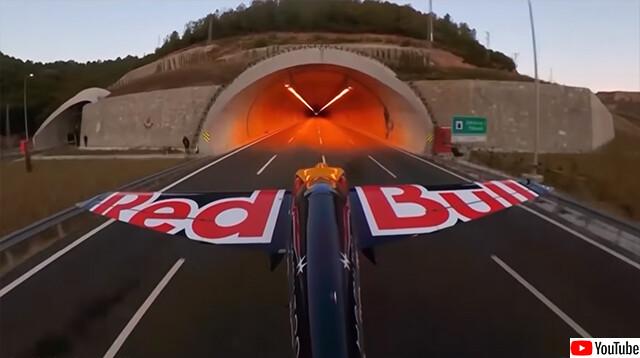 まさに神業!飛行機でトンネル2本を超低空飛行で通過することに成功、ギネス記録達成
