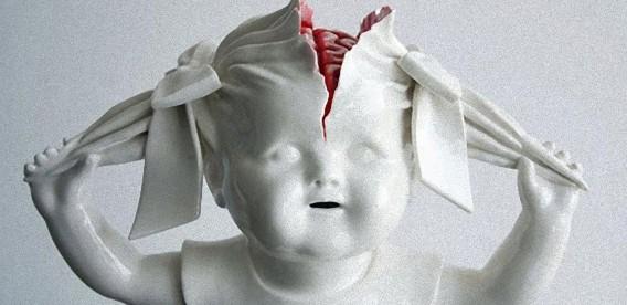 真っ白な陶器に血の赤。狂気に満ちた子どもたちを表現した静かなるホラー(閲覧注意)